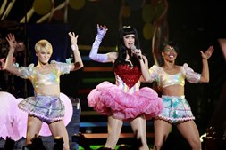 Temas dos álbuns 'One of the Boys' e 'Teenage Dream' foram a base de um concerto com uma ou outra surpresa