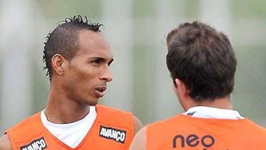 Liedson já treinou no Corinthians e vai estrear-se hoje