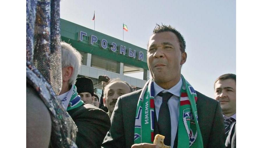 Treinador holandês foi recebido em festa pelos adeptos do clube de Grozni