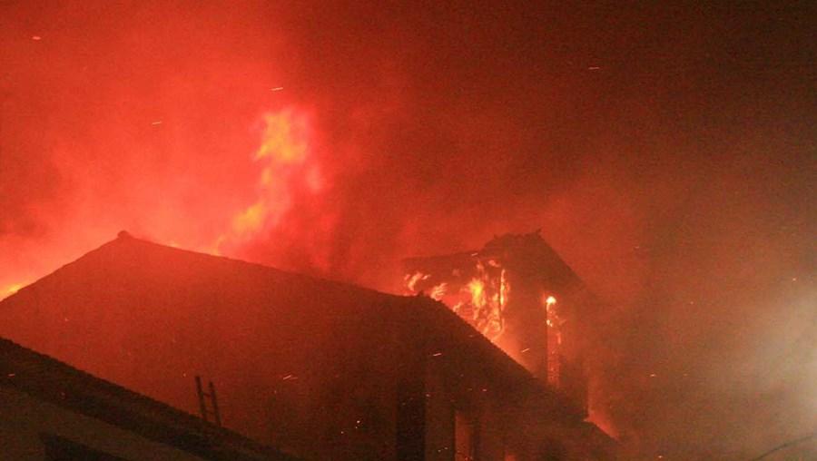 Incêndio foi combatido por 65 bombeiros