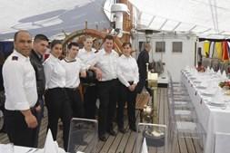 A tripulação que confeccionou o almoço, para o qual foram convidados cerca de 50 jovens.
