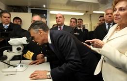 Na visita ao navio 'Almirante Gago Coutinho', Cavaco Silva fez questão de experimentar todos os instrumentos disponíveis.