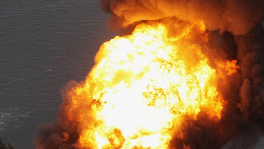 Incêndio provocado por sismo em refinaria