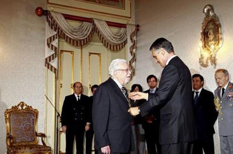 Cavaco condecorou Agostinho, três dias depois de ter comemorado 90 anos (fazia anos no Dia de Natal)