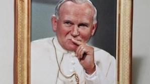 Caixão de João Paulo II colocado junto ao túmulo de S. Pedro