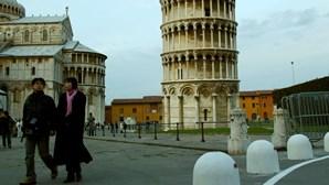 Turista morre ao cair da torre de Pisa