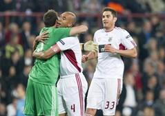 Abraço de Roberto e Luisão no final do empate entre PSV e Benfica foi o final feliz para um jogo que chegou a parecer muito complicado