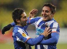 Missão do FC Porto em Moscovo era fácil graças à goleada no Dragão (5-1) mas Cristian Rodríguez, aqui a festejar golo com João Moutinho, encarregou-se de a facilitar