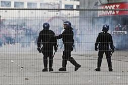 Autoridades policiais no terreno foram alvos de várias pedradas
