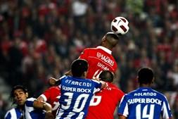 Luisão superou Otamendi e Rolando neste duelo de centrais. No marcador mantinha-se o nulo e o Benfica estava às portas da final da Taça de Portugal