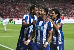 Hulk festeja o segundo golo da noite, obtido em posição irregular, com Rolando e Falcão