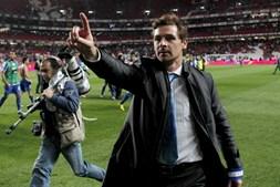 Depois do apito final de Carlos Xistra, André Villas-Boas correu para o relvado e festejou a sua vitória na casa do Benfica em pouco mais de duas semanas