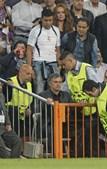 Furioso com a expulsão do seu jogador, Mourinho protestou até receber ordem para ver o resto do jogo na bancada