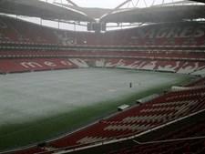 Relvado do Estádio da Luz, que recebera na véspera a meia-final da Liga Europa, ficou completamente coberto de granizo
