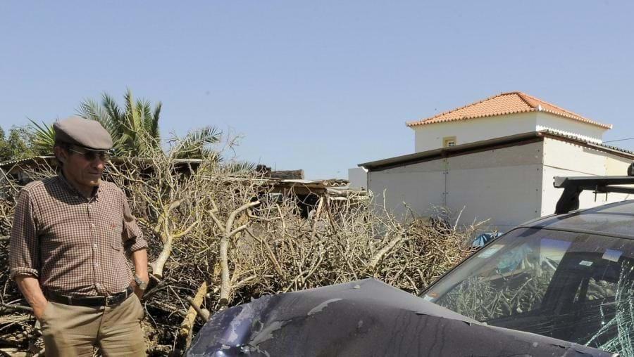 Despiste do Opel Corsa, na Luz de Tavira, ocasionou embate com dois carros devidamente estacionados
