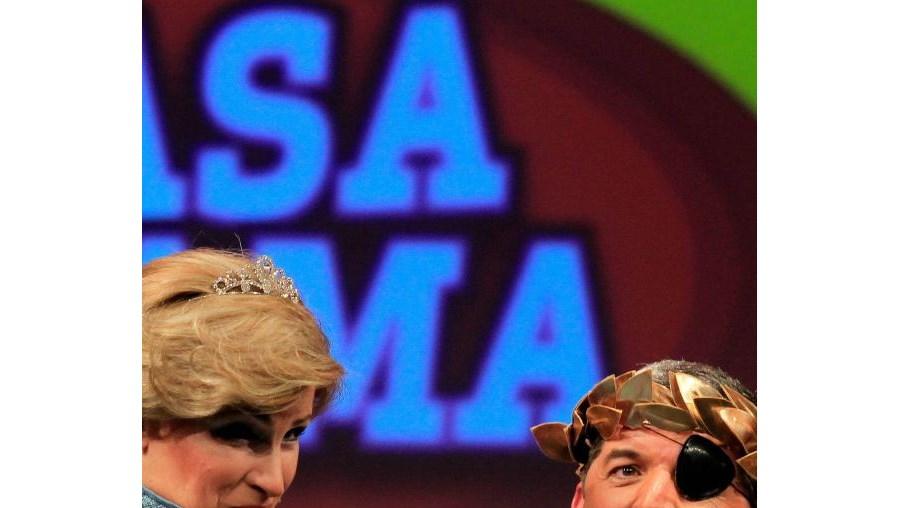 Mané Ribeiro e João Baião numa cena de 'A Casa da Fama'. Ela é Lady Di, ele Luís Vaz de Camões