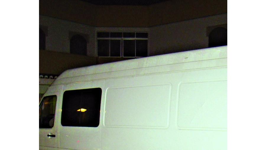 Suspeitos foram interceptados nesta carrinha quando circulavam na EN125, perto de Ferreiras. Algum do material apreendido