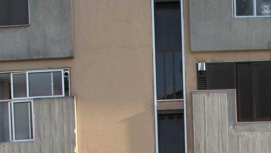 Familiares junto ao prédio onde Pedro morava