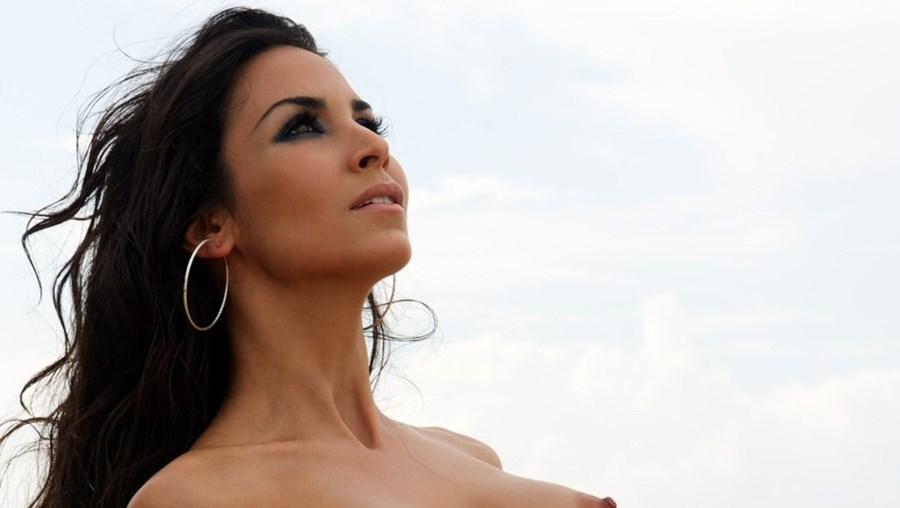 Sila Sahin foi a primeira muçulmana a posar nua para a 'Playboy'. Capa da edição de Maio na Alemanha, a jovem turca de 25 anos está agora a ser ameaçada de morte por extremistas islâmicos
