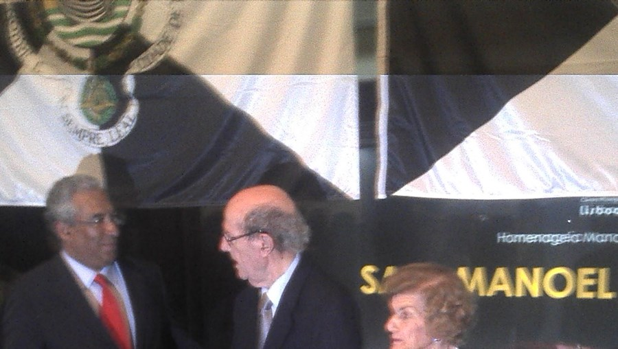 António Costa fez questão de cumprimentar realizador na inauguração da Sala Manoel de Oliveira