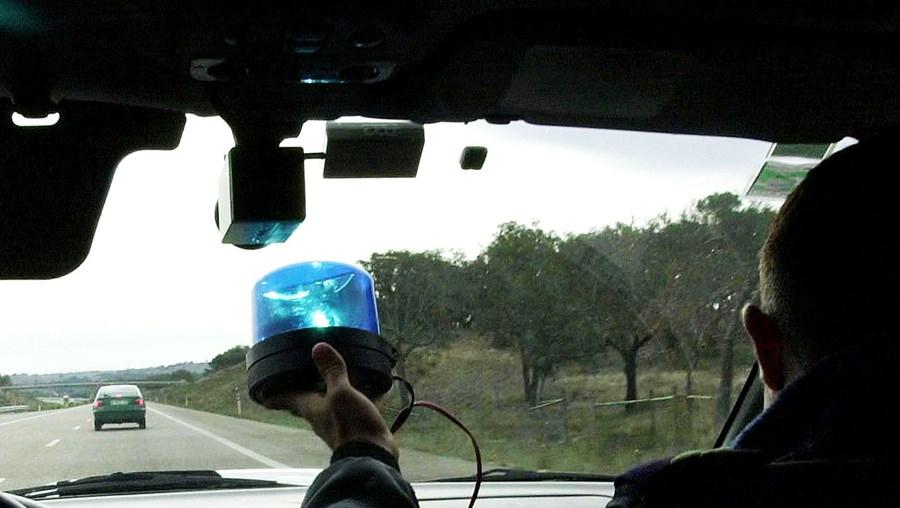 Quatro carros-patrulha da GNR perseguiram o suspeito pelo IP8, A2, A6 e EN4 até o apanharem em Pegões