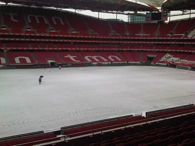 Por uma vez foi possível ver as pegadas de quem entrou no relvado do Benfica