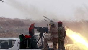"Kadhafi ""ferido"" abandona capital"