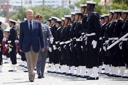 O ministro da Defesa Nacional, Augusto Santos Silva, passa revista às tropas.