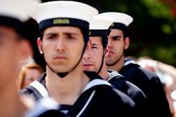 Os marinheiros muito concentrados durante as cerimónias.