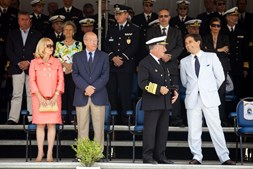 A presidente da Câmara de Setúbal, Maria das Dores Meira, Santos Silva, o Chefe de Estado Maior da Armada, almirante Saldanha Lopes, e o secretário de Estado da Defesa, Marcos Perestrello, assistem às cerimónias.