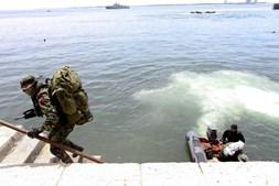 Fuzileiros simulam um desembarque.