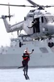 O Helicóptero Lynx 'participa' numa operação de resgate em alto mar.