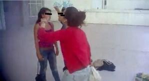 A jovem de 14 anos é enfrentada por outra rapariga, que a acusa de ter difamado a mãe