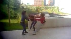 Uma segunda rapariga ajudou a dominar a vítima das agressões