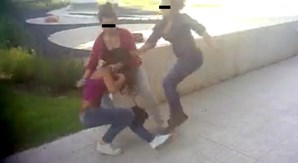 Quando a jovem caiu ao chão começou a ser pontapeada violentamente pelas outras duas jovens