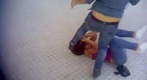 Apesar da violência dos pontapés, a rapariga conseguiu não perder a consciência