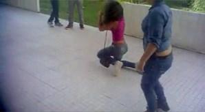 Após um minuto e meio de extrema violência, a jovem conseguiu levantar-se e afastou-se do local