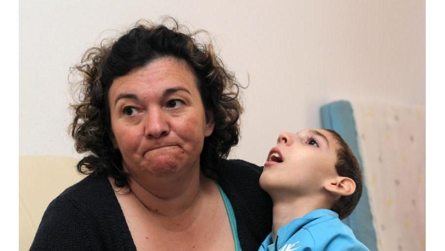 João nasceu com deficiência profunda,forçando a mãe a deixar de trabalhar. Tem agora nove anos