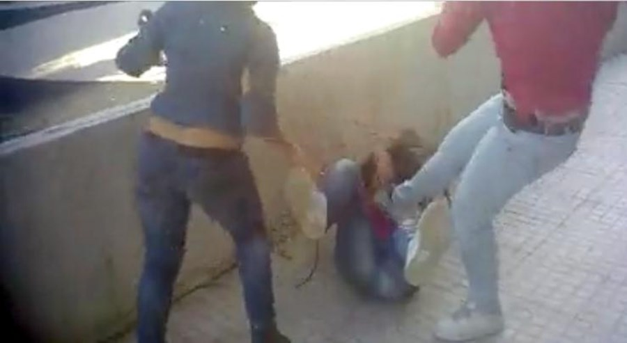 Completamente indefesa, a vítima tentou defender-se o melhor que podia dos ataques