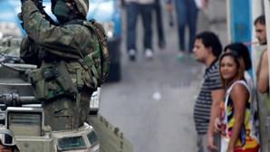 Polícia e militares ocupam o morro da Mangueira
