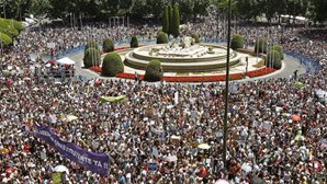 Multidão marcha contra a crise