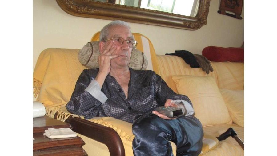 Joaquim Maurício vive no 6.º andar e, com o elevador avariado, não consegue descer as escadas para ir à rua