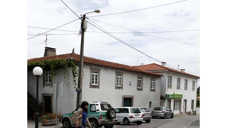 Hélder Santos( foto pequena) foi esfaqueado seis vezes em frente ao café da irmã em Arouca