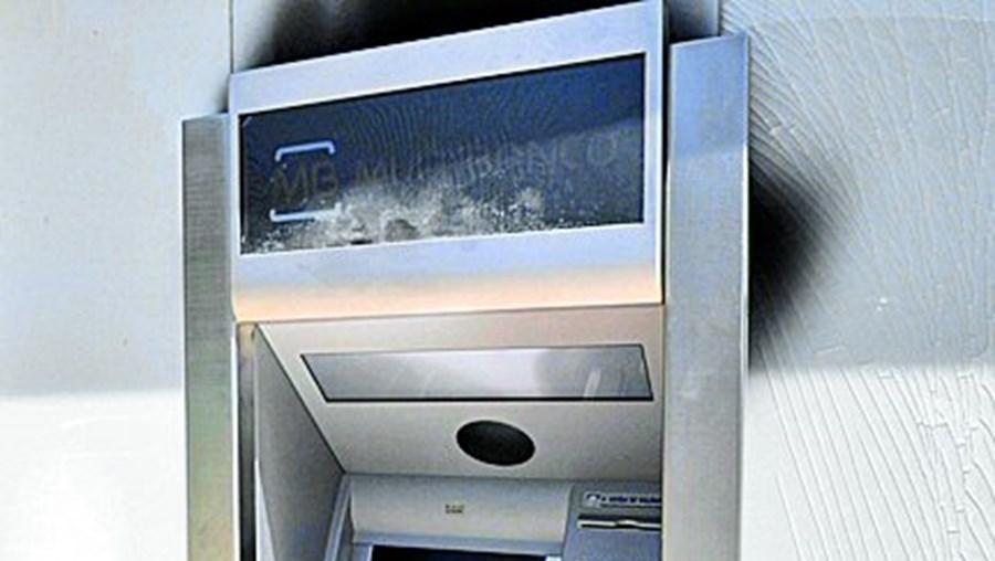 Máquina ATM sofreu danos consideráveis com as chamas