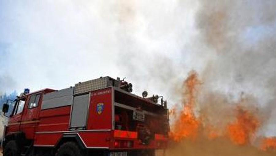 No combate ao fogo estiveram envolvidos perto de três dezenas de bombeiros durante cerca de três horas