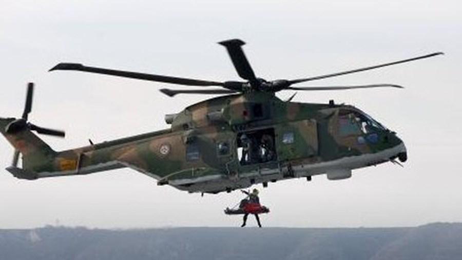 Nas buscas está a participar um helicóptero da Força Aérea
