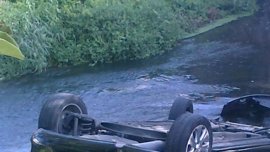 Carro caiu ao rio com quatro mulheres no interior após despiste