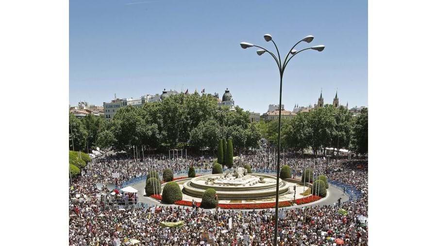 Dezenas de milhares de 'indignados' afluíram à praça Neptuno, num protesto festivo e pacífico contra a crise, contra os políticos, os banqueiros e as medidas de austeridade aplicadas em toda a Zona Euro