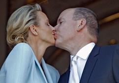 Alberto e Charlene casaram ontem pelo civil e selaram com um beijo perante os monegascos.