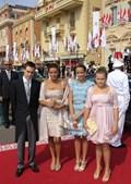 A Princesa Stephanie chega à cerimónia acompanhada dos filhos Louis, Pauline e Camille.